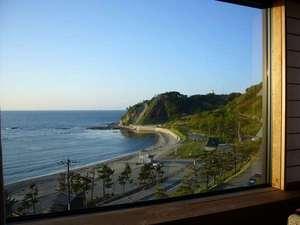 和室12畳のお部屋からの袖ヶ浜の風景の一例。