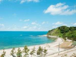 当館から正面玄関から見る袖ヶ浜海水浴場の景色