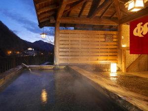 【露天風呂からの眺め(夕暮れ)】夕暮れの露天風呂は昼間と違う風情があります。