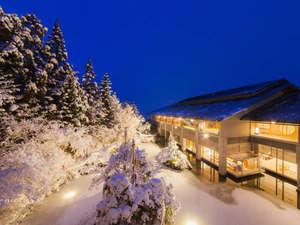 【外観】冬の宵闇に包まれる時間。雪と自然が織りなす静寂な風景に心が凪いでいきます