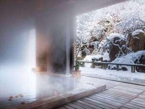 【大浴場】雪化粧を施された庭園を眺めながら、りんごが浮かぶ古代檜の湯で贅沢な雪見酒