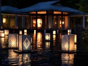 「津軽こぎん燈籠」が、6月~8月で登場。燈籠が灯り、こぎん模様が浮かび上がる幻想的な風景が広がります。