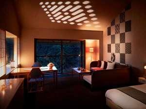夜には「津軽こぎん幻燈」が壁に映し出され幻想的な空間に。