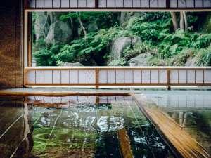 【大浴場】大きな窓から、四季折々の景色を眺める湯あみをお楽しみください。