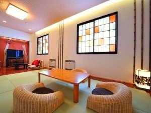 和モダン客室。琉球畳や古タンスがアクセント。液晶TVも備わる。