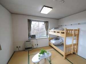 二段ベッドがはいった簡素なお部屋です。小さいお子さまにも人気です。