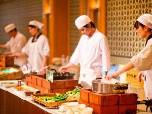 """【朝食ビュッフェ -プレミアムモーニング-】料理人集団が目の前で作るその姿は、まさに """"圧巻!"""""""