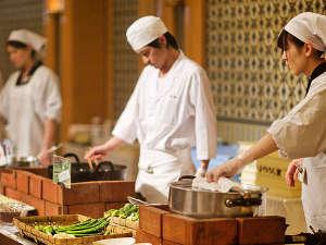 """「朝のはじまりは、できたてを。」当館名物のプレミアムモーニングが魅せる""""料理人の技""""をご堪能あれ!"""