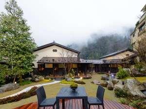 飛騨牛茶寮「神月」を庭園から眺める