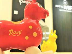 お子様に大人気イタリア生まれの馬をモチーフにした乗用玩具『Rody』がロビーでお出迎え!