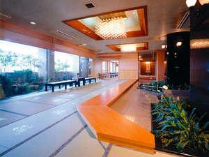 畳敷きのエントランス※館内は約4300畳を使用しております。