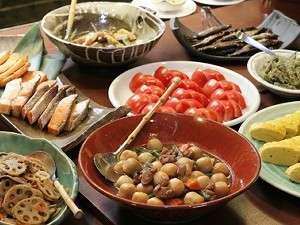 """朝食は食事処『仙食庵』にて和食バイキング。""""日本の朝食=おふくろの味""""がずらりと並びます。"""
