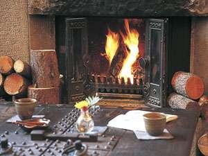毎朝落としたての珈琲を暖炉の燃える火の音をBGMにご用意しています。