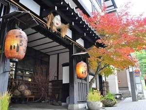 玄関前の紅葉は、毎年、人気の記念写真撮影スポットです=^_^=