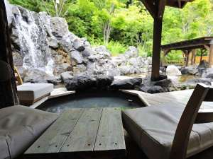 夏の心の里定山~緑に囲まれて足湯でリラックス。 夜はナイトラウンジとしてオープン