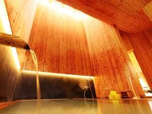 婦人風呂。婉曲した高い天井に天窓。デザインも楽しみのひとつ。