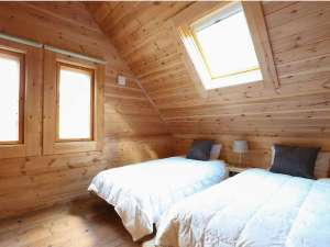 メインベッドルーム。シングルベッド2台(シーリーマットレス使用)布団も1組敷けるスペースです。