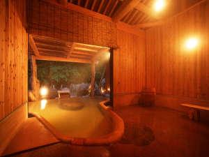 源泉かけ流しの貸切露天風呂「べっぴん湯まどろみ姫」8名位までならゆったり入れる広めの浴槽です♪