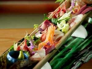 海の町ならではのお刺身も人気の一品!新鮮な素材に季節の彩りを添えて・・・(画像は3~4名様分です)