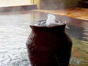 赤茶色の固着物は温泉の証。うっすらと鉄の香りが漂う優しい泉質です。