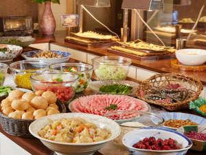"""和食は地元のお米こしひかりなど地元食材が""""満載""""洋食はパン・サラダ・スクランブルエッグなど。"""