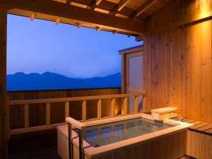 温泉露天風呂付き客室一例。石のお風呂と檜のお風呂があり、お選び頂くことはできません。