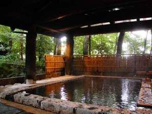 【大浴場】木々に囲まれた空間でゆっくりお湯をたのしまれてください/四季の湯