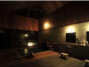 開放的な内湯は天井が高く窓を開ければ半露天気分!