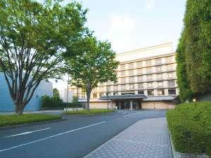【ホテル外観】2本のケヤキの木が目印です