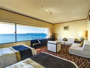 オーシャンビューの洋室。ベッド2台とソファベッド2台の客室です。