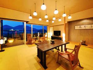 ◆アッパースイート客室◆ダイニングテーブルを囲うお部屋食が実現。最上級客室で気兼ねない、ひとときを。