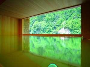 五感を癒すことができ心まで緑に染まる総檜の露天風呂