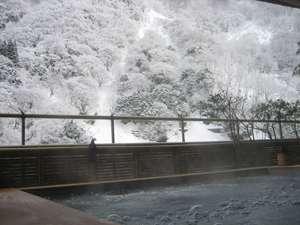 雪の峡谷を望む絶景の露天風呂「琴音の湯」