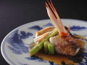 昭和初期の染付の器に盛られた旬魚の炊き合わせ