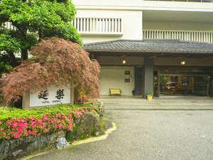 季節の草木がお迎えする玄関アプローチ。宿泊に期待が高まります。