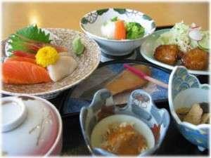 ぽんぴら温泉格安宿泊案内 石狩温泉 ポンピラ・アクア・リズイング 自然の力で育った山菜や魚を人に優しい料理に変えてご提供。その日の食材によって料理内容は変わります