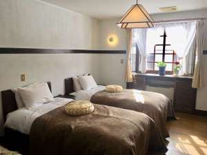 シモンズベッド2台とソファーベッド1台の洋室ツインルーム