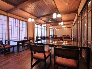 窓を開ければ日本海を望み<所々に衝立が並び仕切られます><レストラン風の食事処>2カ所に仕切ります。