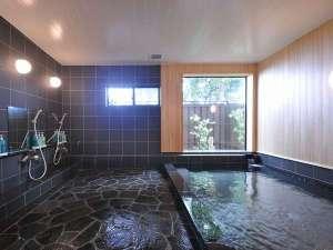 <殆んどの日は朝と夕方は男女の入れ替制になります>男女とも一度に7~8人は入れる天然温泉。