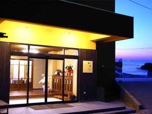 宿の前は平凡な景色ではありません。「日本海と越前の松島を望む絶景・高台に佇む料理民宿」