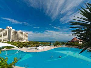 青く澄み切った空に、青く輝くプライベートビーチ♪青い色に包まれた沖縄を楽しみましょっ☆
