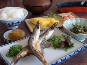 朝食には、目の前の日本海で捕れた焼き魚をどうぞ。(一例)