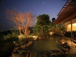夜の露天風呂は、星空を一人占めできます。