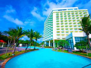 屋外プールは県内最大級!どこまでも続く青い海と空に囲まれ、南国の開放感と非日常を満喫♪