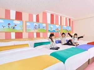 【ユニバーサル・スタジオ・ジャパン(R)】コラボルーム 44㎡ どの色のベッドで寝るかは早い者勝ち!