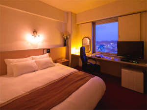 ゆったり大きめのベッドは寝心地抜群♪仕事や観光の疲れもすっきり。落ち着いた雰囲気の室内です