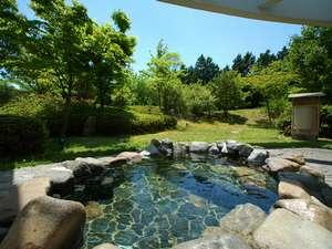 【大浴場 露天風呂】囲い柵が無いので外の景観を眺められる。高台に位置する立地ならではの利点