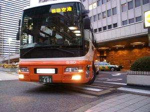 羽田および成田空港直通のリムジンバスあり。(事前予約制、有料)