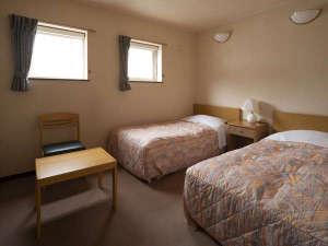 【洋室】シングルベッドが2台入ったツインルーム。