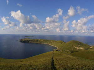 【周辺観光】ゴロタ岬。島の西側にせり出した断崖絶壁(海抜176m)の岬。